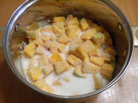 Засыплем тыквенные кусочки сахарным песком