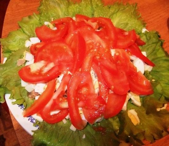 Далее красиво выкладываем дольки помидоров