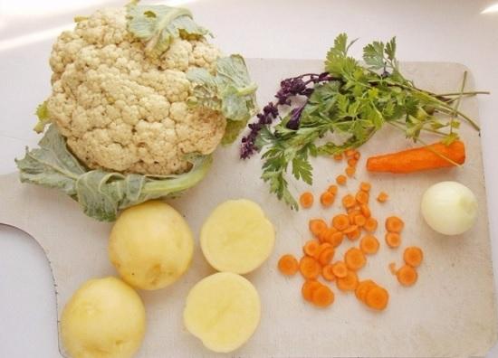 Картофелины разрежем на 2-4 части, лук измельчим кубиками