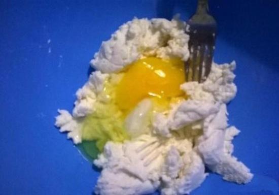 Добавим яйцо и кукурузный крахмал, размешаем