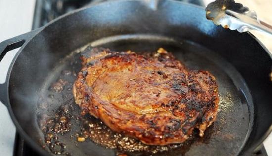 Жарим мясо с обеих сторон по 2-3 минуты