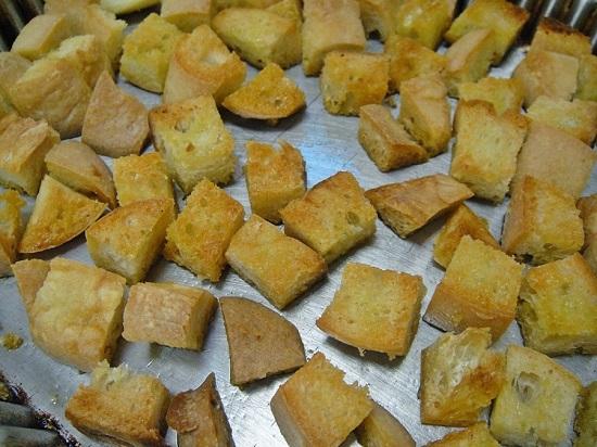 Подсушиваем хлеб до золотистости