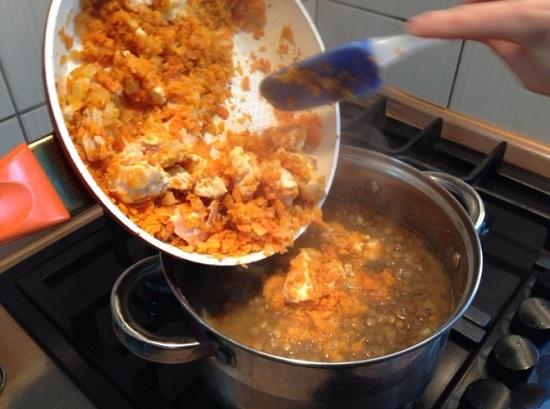 Перекладываем курицу с овощами в кастрюлю