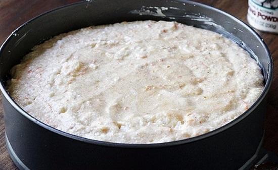 Выложим в форму основу для торта