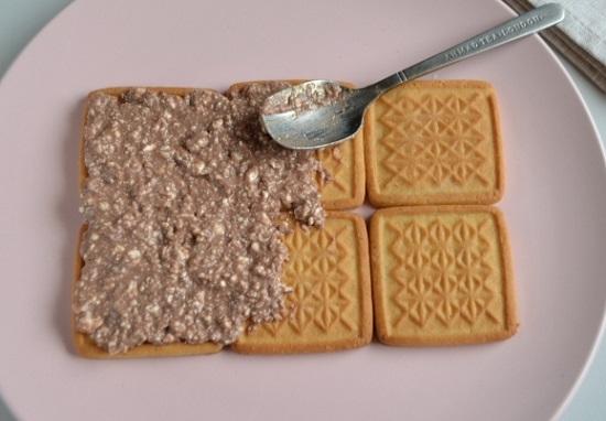 По очереди печенья окунаем в молочко на 2-3 секунды