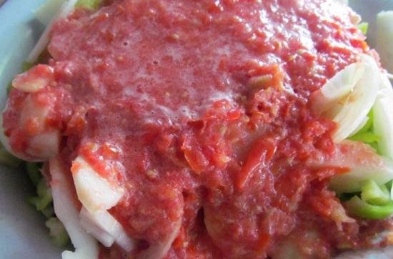 Соединяем кабачки, перцы и лук с томатным пюре