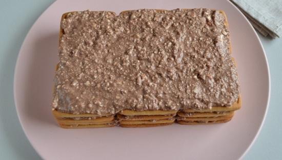 Все слои из печенья щедро промазываем кремом