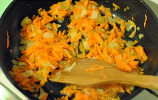 Пассеруем овощи на масле растительном до мягкости