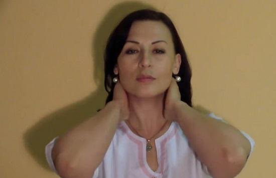 захватываем шею с двух сторон руками