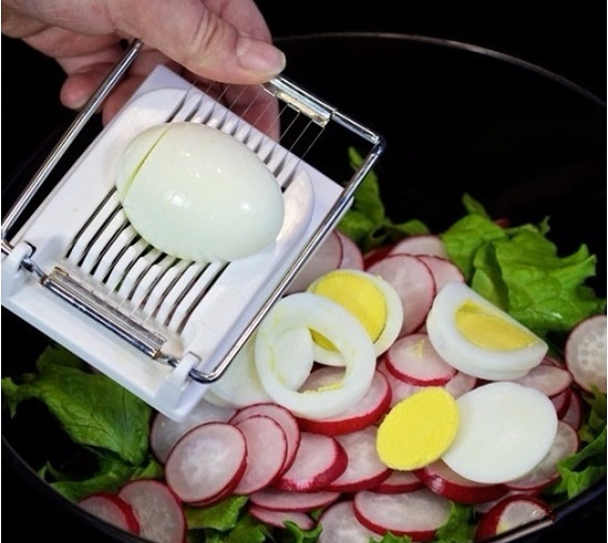крупно нарежем яйца и выложим к остальным ингредиентам