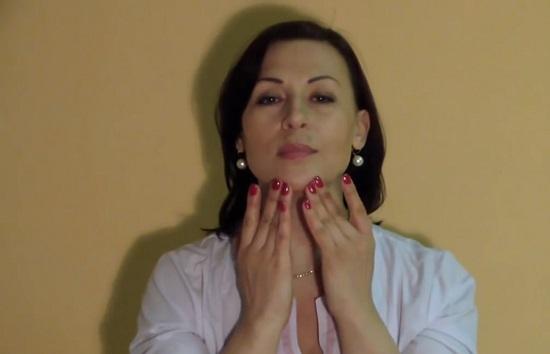 Ставим подушечки пальцев на нижнюю часть подбородка