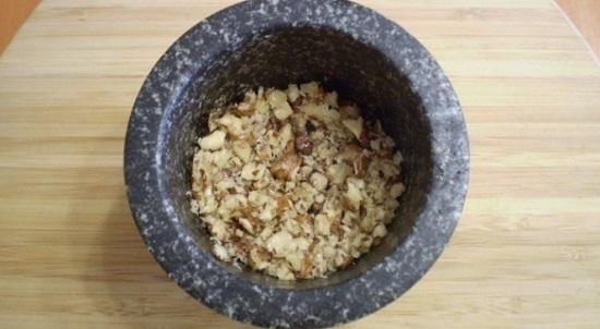Очистим орешки и измельчим их в ступке