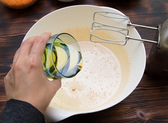 Введем к яйцам и сахару масло очищенное растительное