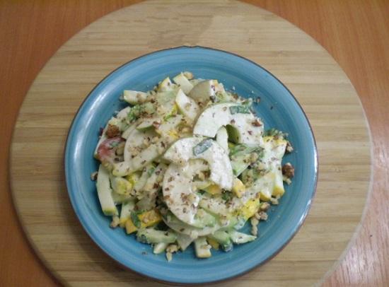 Выкладываем салат в тарелку и посыпаем орешками