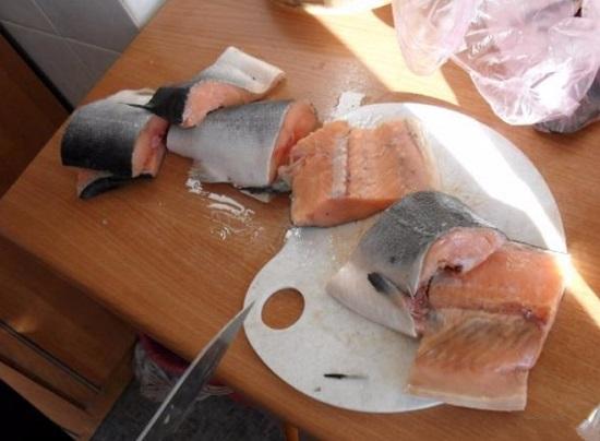 Нарезаем порционно лосося