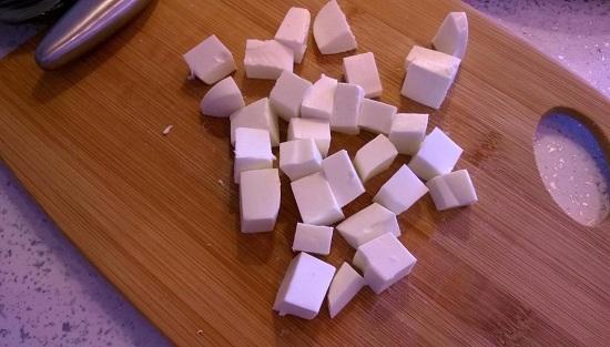 Сыр Фета шинкуем кубиками
