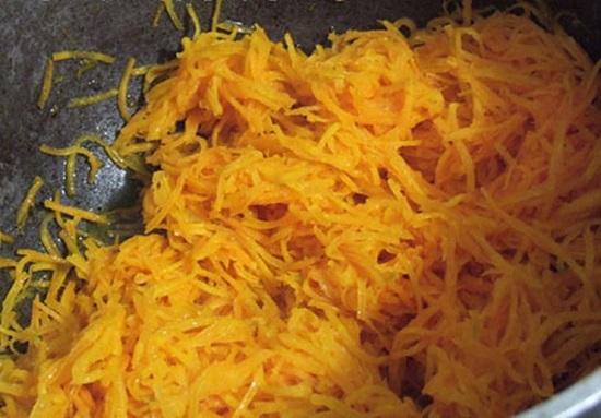 масло очищенное растительное и выложим в него морковь