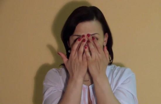 Подушечки пальцев ставим между бровями