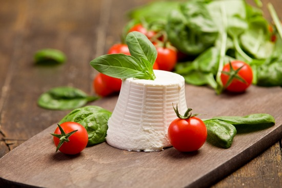 свежие томаты, листья базилика