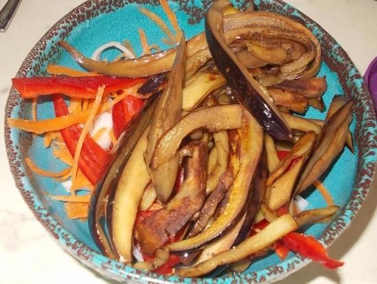 овощи смешиваем с обжаренными баклажанами