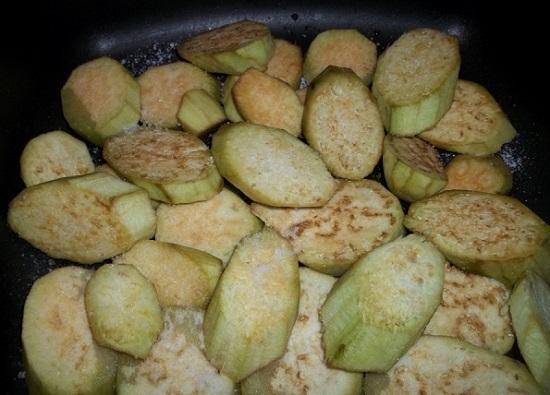 Обжариваем баклажаны на масле растительном