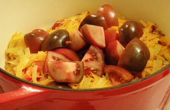Пассерованные овощи переложим в толстостенную кастрюлю