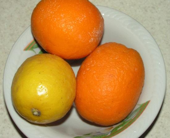 Цитрусовые фрукты промываем щеточкой