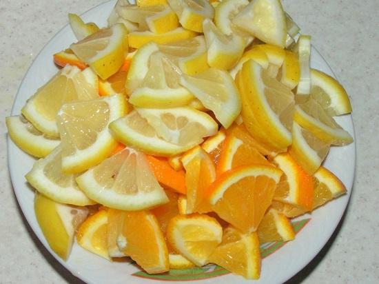 Нарезаем лимон с апельсинами небольшими дольками