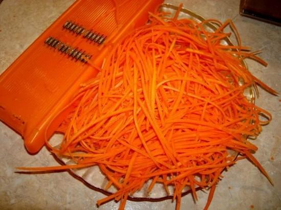 Морковь натереть длинной соломкой