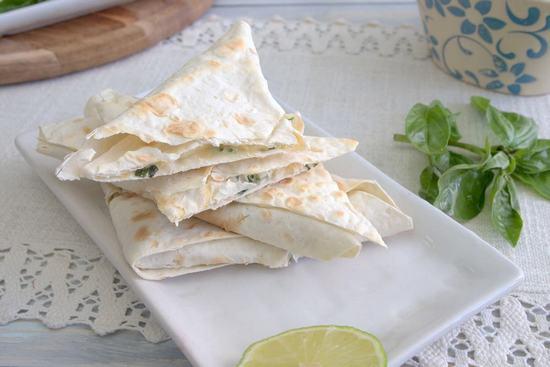Холодные конвертики из лаваша с сыром, зеленью