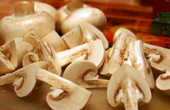 порезанные на четвертинки грибы