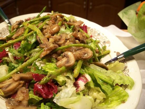 Легкий постный салат с грибами и фасолью