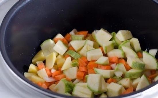 Когда масло нагреется, выложим овощи