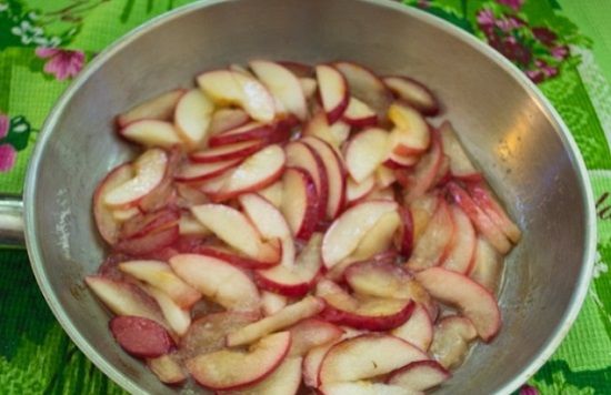 добавим яблоки и перемешаем