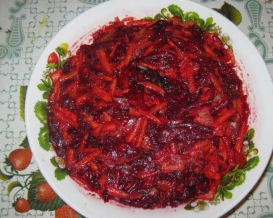 Овощи соединяем в отдельной посуде и вводим томатную смесь