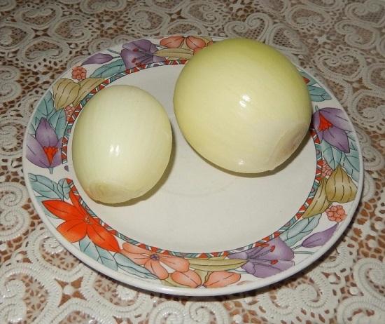 Очищаем луковицы от шелухи