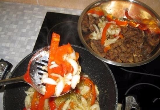 Обжариваем овощи