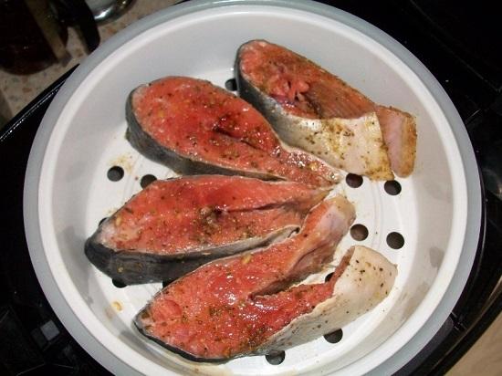 кусочки горбуши и специи