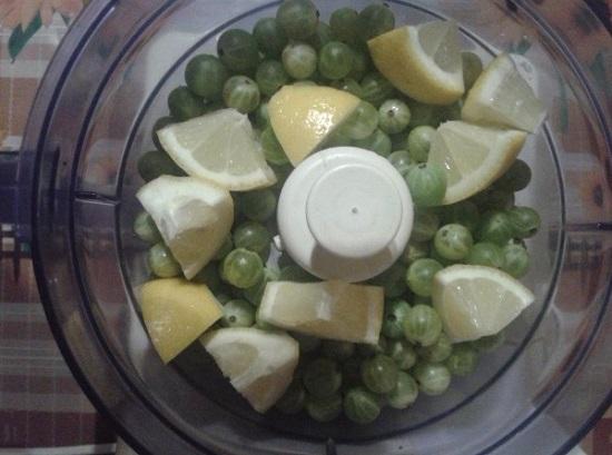 Складываем подготовленные плоды крыжовника и лимон