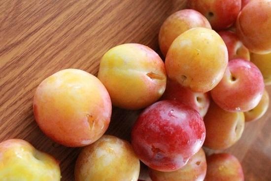 Переберем сливовые плоды, устраним все испорченные