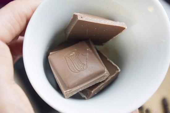 Измельчаем плитку молочного шоколада