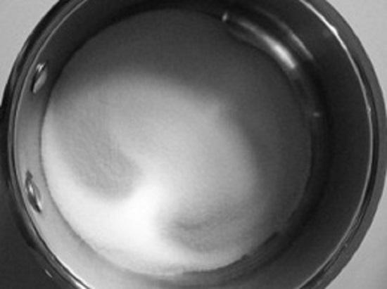 наливаем фильтрованную воду и ставим ее на умеренный огонь