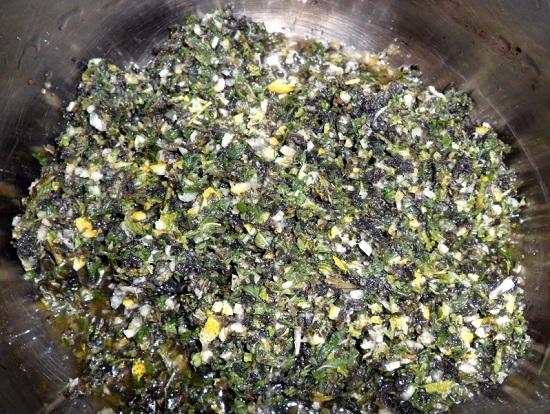 Добавляем лимонную массу в емкость с мятными листьями