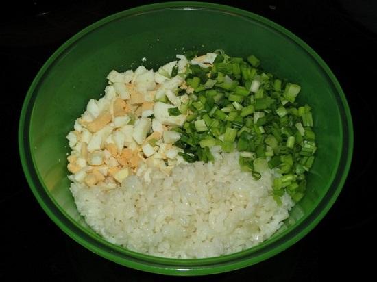 Добавляем слегка остывший рис