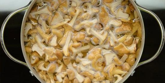 Бланшируем грибочки ровно одну минуту
