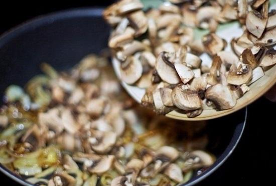 Посолите слегка грибы и обязательно перемешивайте их
