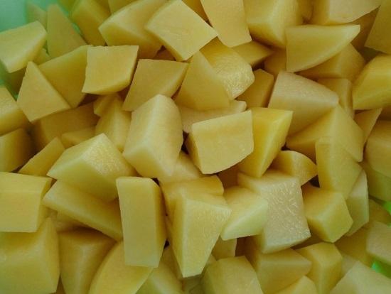 Картофель очистим от кожуры, хорошенько промоем