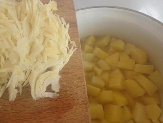 добавляем нашинкованную капусту