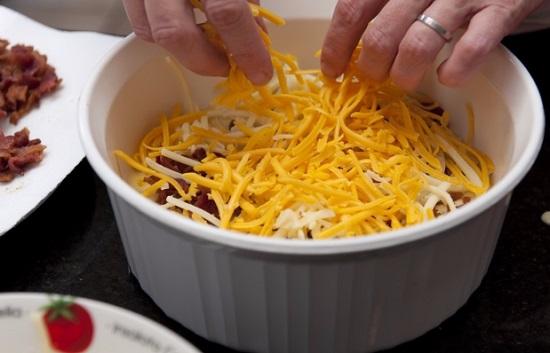 Распределим сначала бекон, а затем сыр