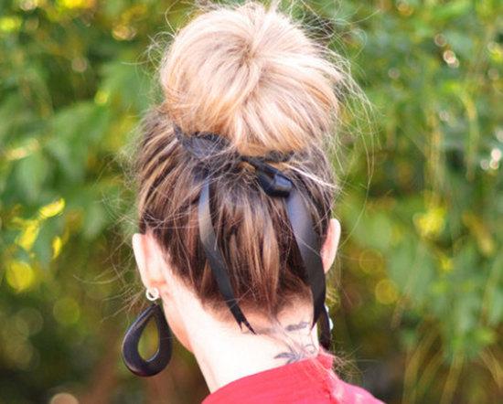 прическа для средней длины волос с лентой